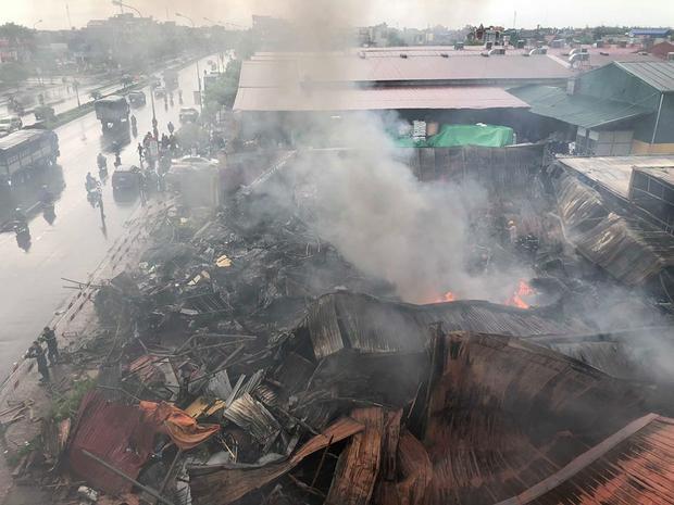 Khoảng 7h sáng 26/7, ngọn lửa lại tiếp tục bùng cháy bên trong chợ Gạo, phường An Tảo, TP Hưng Yên, tỉnh Hưng Yên kèm theo cột khói đen bốc cao hàng chục mét.