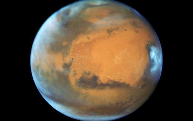 Các nhà khoa học Italia đã phát hiện một hồ nước khổng lồ ẩn dưới mũ băng cực sao Hỏa. Ảnh Mirror.