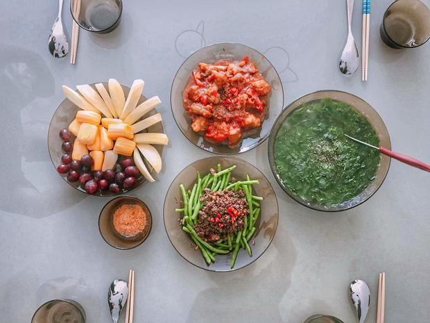 Một bữa ăn gia đình với đầy đủ 3 món: mặn, xào và canh. Bên cạnh đó còn có trái cây tráng miệng.