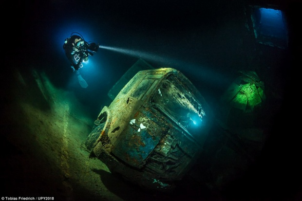 Tobias Friedrich, nhiếp ảnh gia người Đức, ghi dấu ấn với tác phẩm về con tàu đắm ở Zenobia. Khu vực này có tới 100 xe tải, bị chìm từ hơn 30 năm trước khi một chiếc phà gần thành phố Larnanca bị chìm.