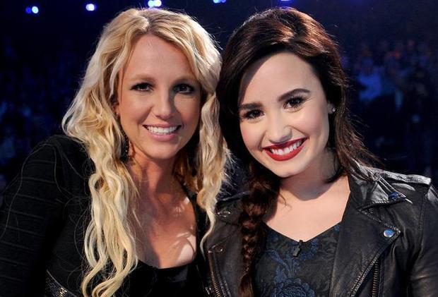 Britney và Demi vô cùng thân thiết với vai trò giám khảo chính thức của cuộc thi.