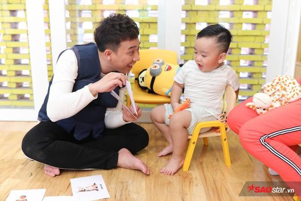 Thế nhưng chẳng bao lâu sau, bé Bin đã chịu tung hứng cùng thầy Trấn Thành.
