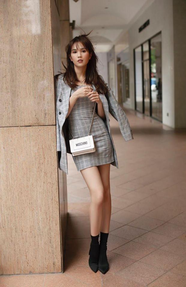 Ngọc Trinh khéo léo học hỏi khi kết hợp giày boots cổ ngắn cùng với đầm bodycon ôm sát cơ thể.