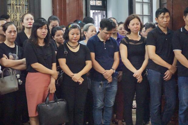 Nhiều bạn bè, người thân xúc động, bật khóc trong đám tang.