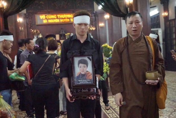 Đúng 15h linh cữu hoa khôi đá cầu Việt Nam được đưa ra xe tang.