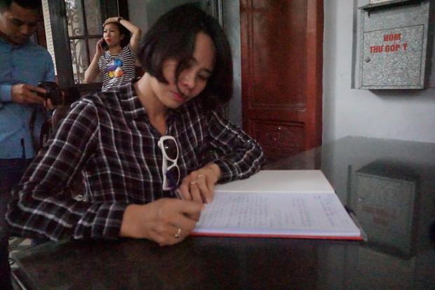 Bà Yến xúc động viết lên sổ tang.
