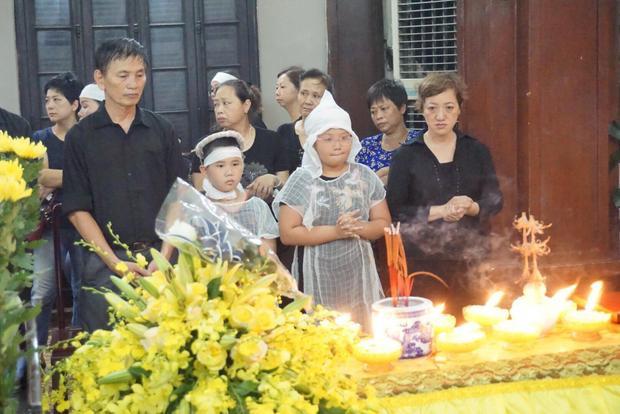Người thân cùng hai con đau đớn trong đám tang chị Huyền Trang.