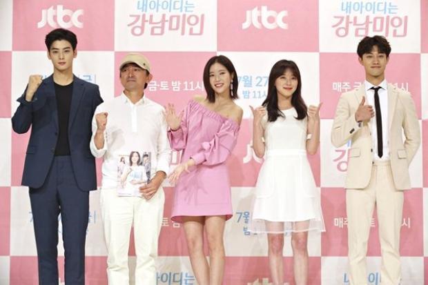Họp báo 'My ID is Gangnam Beauty': Mỹ nam truyện tranh Cha Eun Woo (ASTRO) đẹp lấn át cả nữ chính