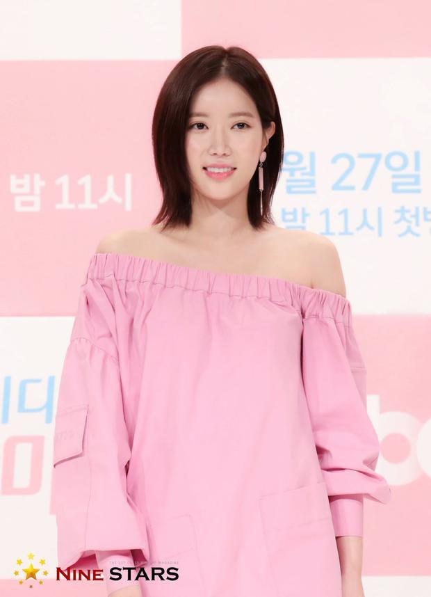 Nữ diễn viên Lim Soo Hyang cũng cực kỳ nữ tính và xinhđẹp