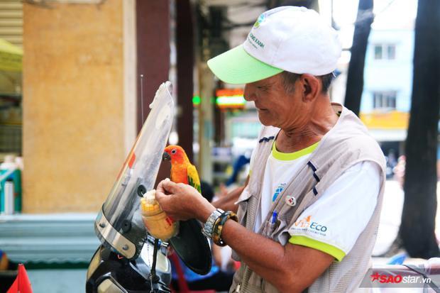Hằng ngày, chú Thơm vẫn đều đặn đi thu gom rác thải, cứu nguy người bị nạn trên đường,… một cách không công hơn 10 năm nay.