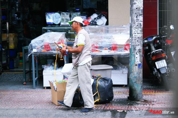 Hằng ngày, chú Thơm vẫn cần mẫn trên những con đường Q.5 để nhặt rác, làm đẹp thành phố.
