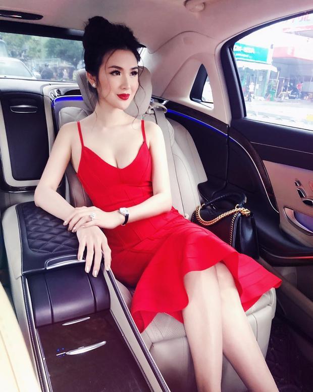 Váy đỏ cùng son môi đỏ, tóc bới trể nãi, Ngọc Loan The Face khiến ai nấy chẳng thể rời mắt với hình ảnh sang chảnh của bản thân.