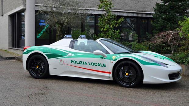 Milan, Ý - Ferrari 458 Spider:Siêu ngựa Ferrari 458 Spider này từng thuộc sở hữu của Mafia Ý. Tuy nhiên, sau đó cảnh sát ở Milan đã tịch thu siêu xe này và đổi nó thành một chiếc xe chuyên dụng. Đặc biệt là, cảnh sát Ý không sử dụng Ferrari 458 Spider cho việc tuần tra. Thay vào đó, siêu xe này được mang tới các sự kiện ở Milan với mục đích nhắn nhủ bọn tội phạm rằng chúng sẽ phải trả giá bằng một thứ gì đó.