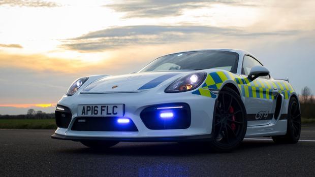 Norfolk Constabulary, Anh - Porsche Cayman GT4:Siêu xe Porsche Cayman GT4 được một tổ chức cá nhân dành tặng cho cảnh sát Norfolk Constabulary, Anh như một hình thức quảng bá trong các sự kiện cộng đồng. Cảnh sát Anh thường mang mẫu xe này tới trường học, sự kiện ô tô, quán cà phê để thu hút sự chú ý.
