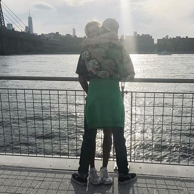 Bị phát hiện ôm ấp nhau tại Domino Park, New York.
