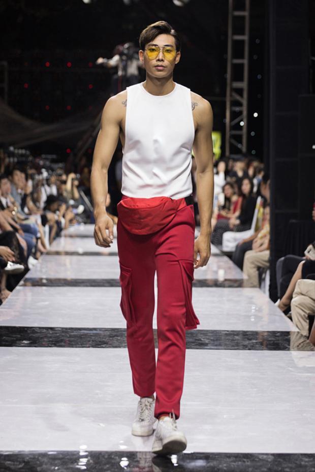Giải vàngSiêu mẫu Việt Nam 2012 - Hữu Long. Bộ sưu tập lấy gam màu chủ đạo là trắng đỏ và đen. Các mẫu thiết kế được cắt may trên chất liệu thun đa chiều phù hợp với dòng thời trang thể thao.