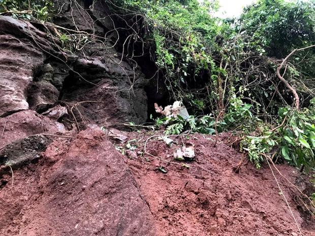 Đất đá vùi lấp nhiều bộ phận máy bay khiến công tác tìm kiếm gặp khó khăn.