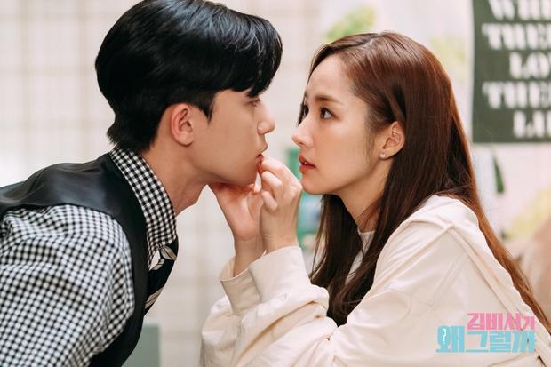 Cô nàng cũng đã lo lắng khi nhìn thấy Young Joon bị thương.
