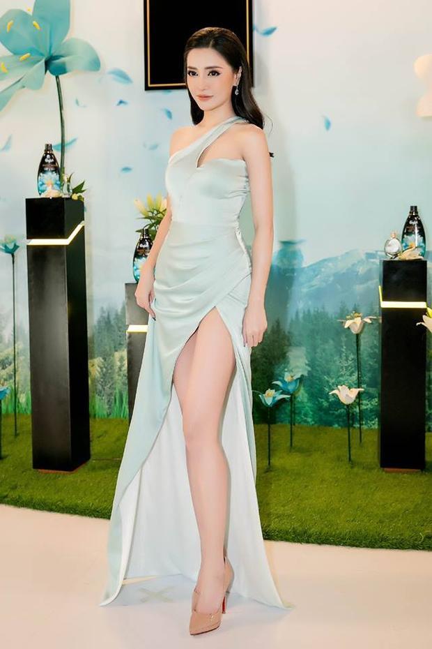 Người đẹp hóa nữ hoàng gợi cảm trong chiếc váy xanh pasatel nhẹ nhàng nhưng cắt xẻ táo bạo gips cô nàng khoe chọn đôi chân nuột nà dài miên man.