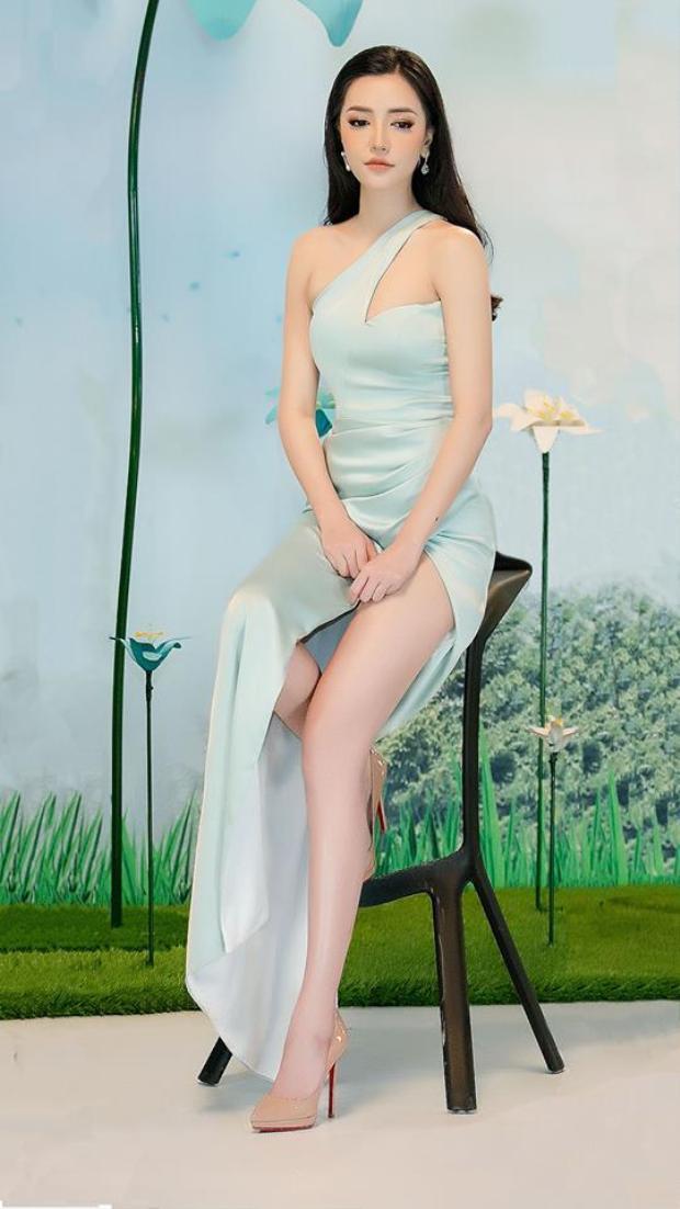 Bích Phương lại thả thính thơm với váy xẻ cao ngút ngàn và gương mặt không góc chết