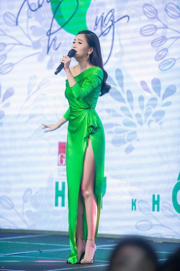 Giảm cân thành công rồi thì chân thon Bích Phương còn không ngán đụng hàng với bất kì mỹ nhân Việt nào. Tuy nhiên với lợi thế hình thể của mình, mỹ nhân này vẫn chiếm chọn tình cảm của khán giả trong những thiết kế gợi cảm như thế này.