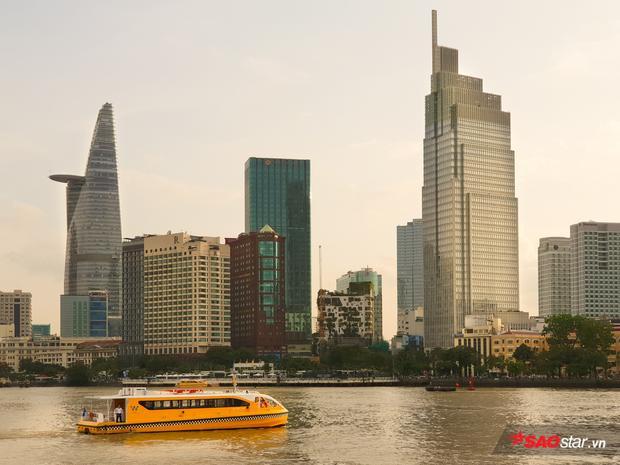 Bức ảnh chụp bằng camera tele trên Galaxy S9+ giúp bố cục chặt hơn các tòa nhà có kiến trúc nổi bật của Sài Gòn cùng chiếc bus đường sông bên dưới