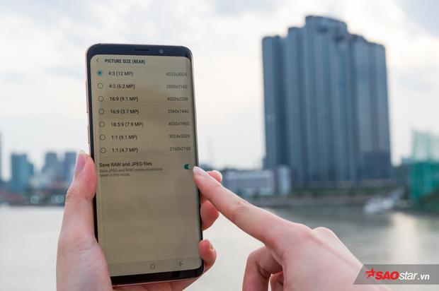 Trong tùy chọn độ phân giải ảnh, bạn sẽ có thêm tùy chọn lưu ảnh RAW. Tuy nhiên, chỉ một vài smartphone cao cấp mới có tính năng này mà thôi.