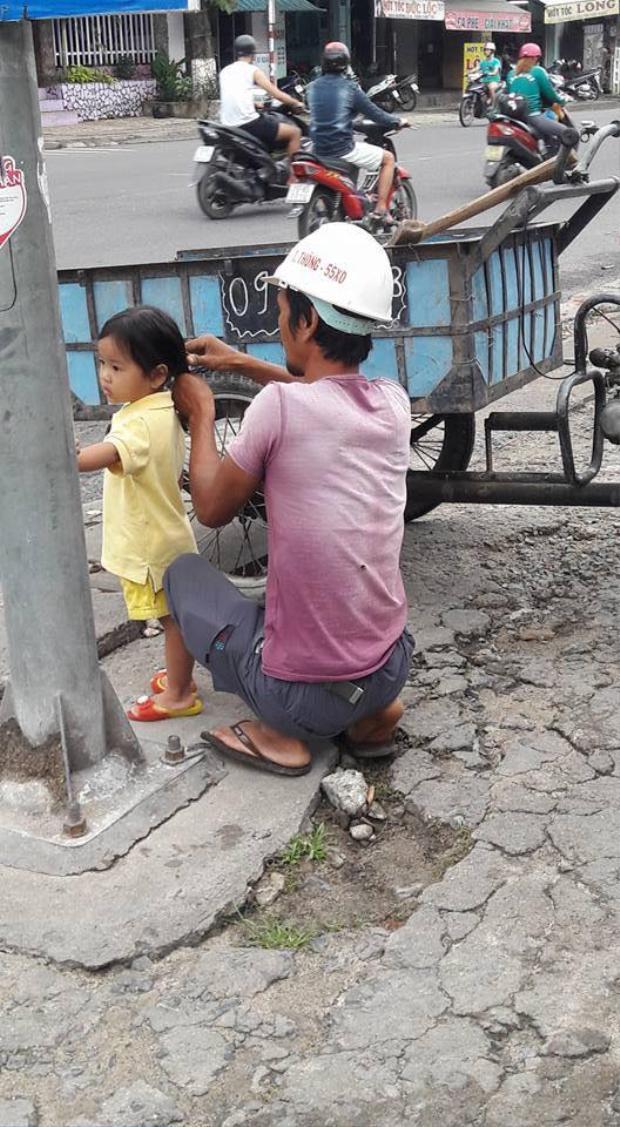 Khoảnh khắc bố tranh thủ buộc tóc cho con gái rung động hàng ngàn trái tim