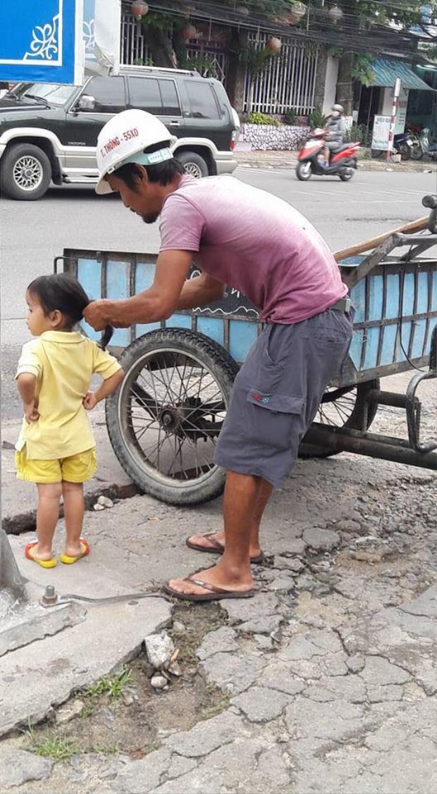 Bố hết đứng rồi ngồi mới có thể buộc tóc cho con gái.