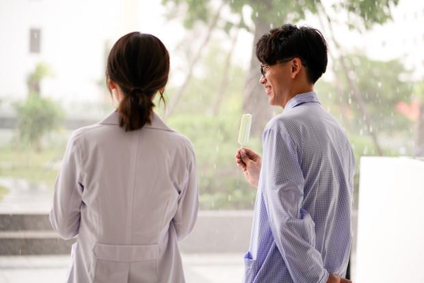 Hóa bác sĩ khó tính nhưng Ái Phương lại bất ngờ làm lụi tim khán giả bằng nụ hôn dưới mưa