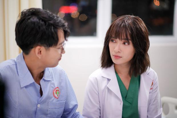MV khắc họa một câu chuyện tình yêu giữa cô bác sĩ tên Phương lạnh lùng, xinh đẹp và chàng bệnh nhân là họa sĩ truyện tranh đa tài Quang Bảo.