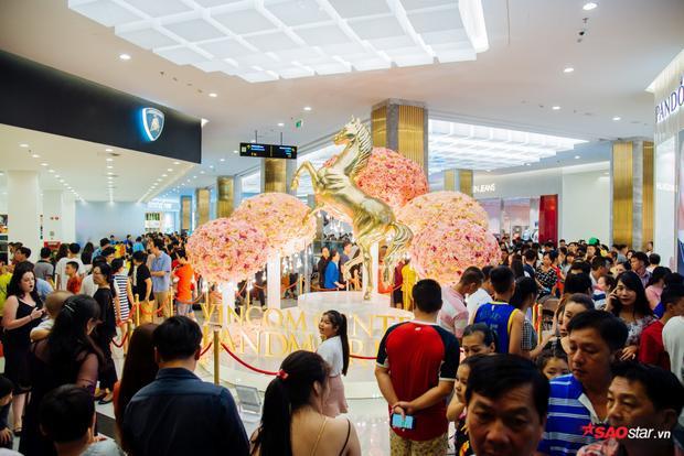 Được thiết kế theo phong cách hiện đại, sang trọng, rộng gần 50.000 m2, khu TTTM Vincom Center trở thành một trong những khu mua sắm, vui chơi giải trí hàng đầu Việt Nam.