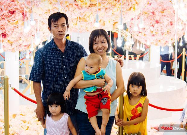 """Chị Nguyên An (28 tuổi) chia sẻ: """"Nhà tôi ở Bình Tân lận, nghe bạn bè kháo nhau đi tham quan tòa nhà cao nhất Việt Nam, thế là tôi cũng dẫn mấy đứa con đến đây chơi cho biết. Quả thực là nhìn từ xa đã thấy rất đẹp rồi, đặt chân vào bên trong mới thấy rõ sự sang trọng của nó."""""""