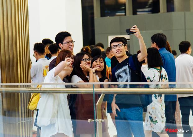 Mọi người cũng tranh thủ check-in làm kỷ niệm với toà nhà biểu tượng mới của Sài Gòn này.
