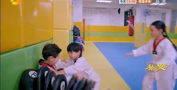 Minh Lãng tham gia câu lạc bộ taekwondo gây hấn với bạn học. Cậu bé đánh bạn vì bị cho là nói dối về việc quen biết Phương Vũ. Sự việc khiến Minh Lãng chạy khỏi câu lạc bộ làm ai cũng lo lắng đi tìm.