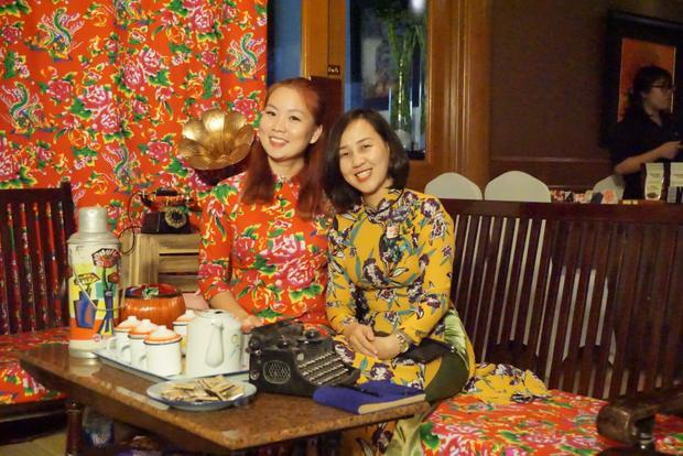 Hình ảnh các cô gái trong trang phục áo con công bên chiếc phích nước Rạng Đông, chiếc casette cổ điển mộc mạc thôi mà vẫn thanh nhã hữu tình…