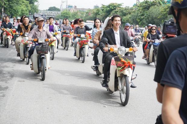 Đi tới đâu, nhiều người Hà Nội vô cùng lạ mắt dõi theo.