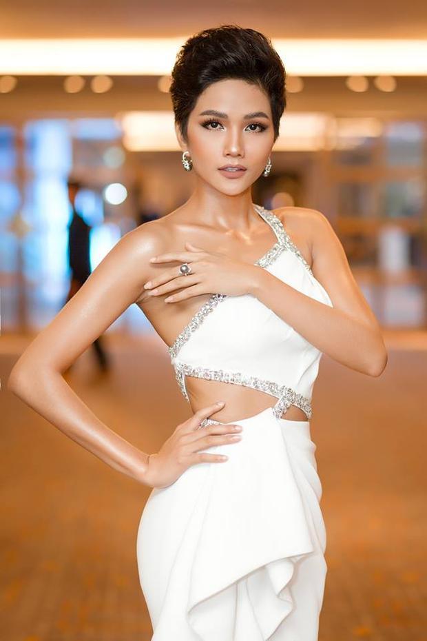 """Tham gia một sự kiện của thương hiệu trang sức cao cấp, đương kim Hoa hậu Hoàn vũ Việt Nam 2017 xuất hiện tựa """"nữ thần"""" với phong cách gợi cảm. Nhờ sự kiên trì trong quá trình tập luyện body, H'Hen Niê cuốn hút hơn bao giờ hết nhờ hình thể """"chuẩn không cần chỉnh"""". Sau hơn nửa năm đăng quang cô không những chăm chỉ trong các hoạt động xã hội mà còn liên tục biến hóa phong cách mỗi khi xuất hiện."""