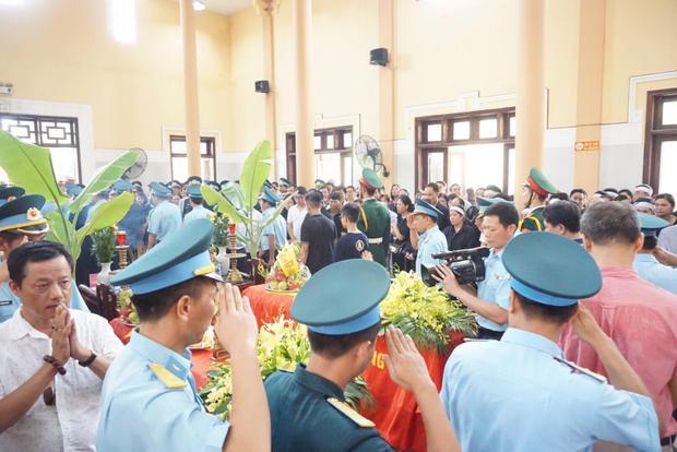 Trước đó, ngày 27/7, Bộ trưởng Quốc phòng đã ký Quyết định truy thăng quân hàm sĩ quan đối với hai phi công của Trung đoàn 921, Sư đoàn 371, Quân chủng Phòng không - Không quân hy sinh trong khi làm nhiệm vụ bay huấn luyện.