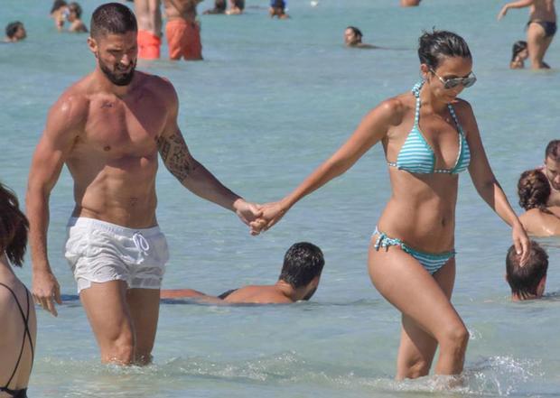 Do bận tham dự World Cup 2018 nên đến thời điểm này, Giroud mới đi nghỉ Hè cùng bà xã Jennifer.