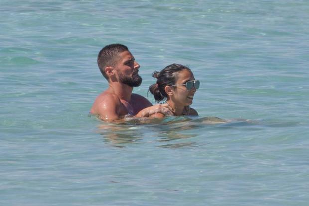 Giroud và cô vợ rất tình tứ bên nhau.