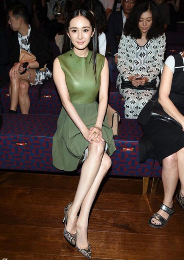 Tham dự show diễn thời trang của Milan Fashion week, Dương Mịch nổi bật với váy da màu oliu nền nã, sang trọng.