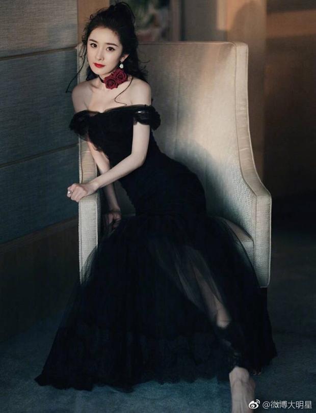 Dương Mịch đã lấn át toàn bộ dàn mỹ nhân khác tại Cbiz khi cô nàng diện một chiếc đầm màu đen đầy huyền bí, với phần vai trễ gợi cảm. Kèm theo đó là vòng cổ đính hai bông hoa đỏ thắm làm điểm nhấn càng giúp cô nàng trở nên sang trọng và đẳng cấp.