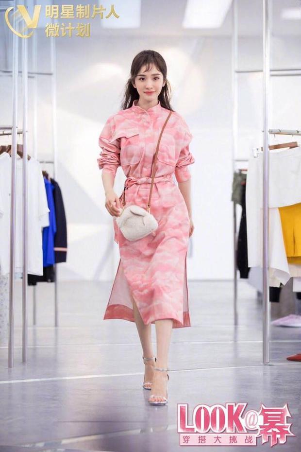 Linh hoạt khi biến đổi qua hình ảnh cô gái nữ tính, thanh lịch với nguyên cây váy hồng bắt mắt.
