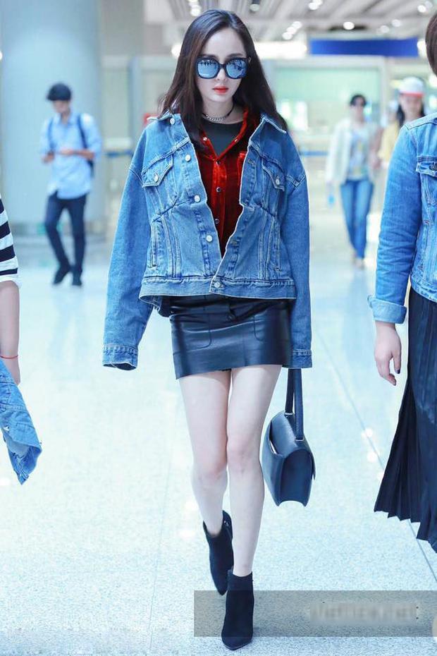 Áo khoác jean và chân váy da cá tính, điểm nhấn chính là chiếc áo sơ mi nhung màu đỏ bên trong.