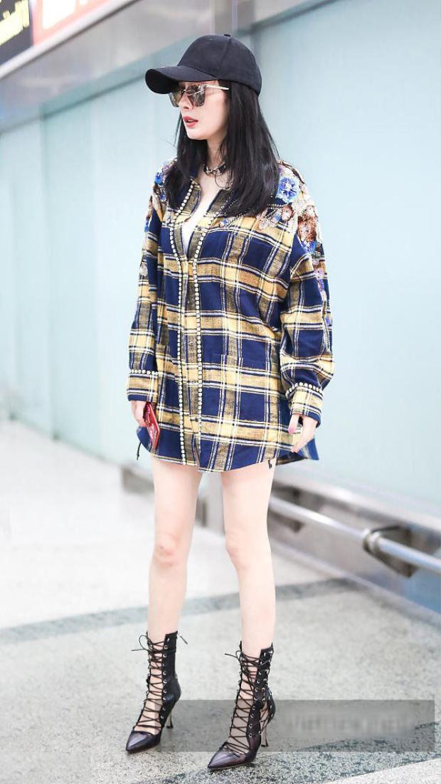 Đôi chân dài thẳng tắp của cô nàng chính là điểm cuốn hút và là điểm cộng lớn để giúp người đẹp chinh phục mọi kiểu trang phục.