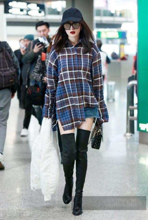 Áo oversize, short jeans siêu ngắn và bốt cao cổ được phối hợp hài hòa, cô nàng bước đi vô cùng thần thái.