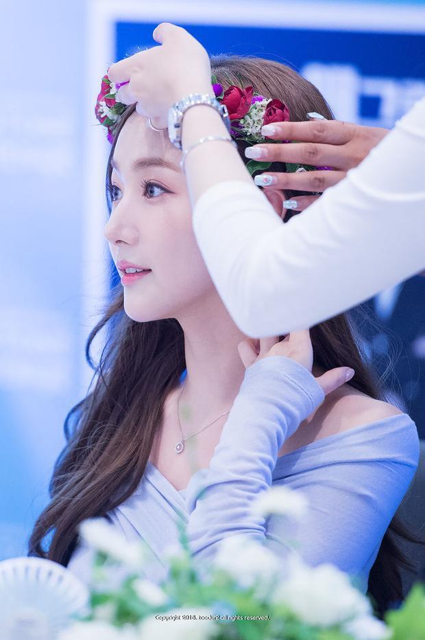 """Chính thức trở thành nữ thần """"vạn người mê"""" khi gắn vòng hoa lên tóc."""