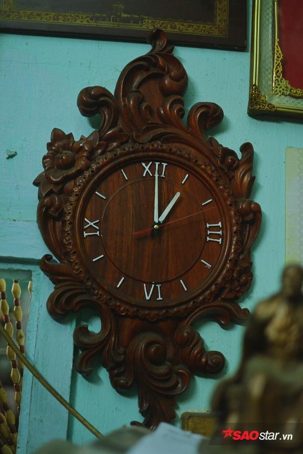 Đồng hồ treo tường được chú chính tay đẽo khắc gỗ.