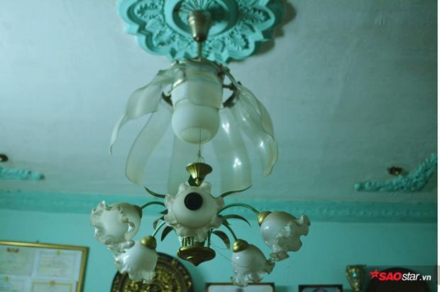 Được biết, cây quạt kết hợp đèn chùm do ông Thơm chế tạo vào đúng dịp Tết Nguyên đán cách đây 12 năm. Hiện tại, giá trị của nó lên đến 50 triệu đồng.